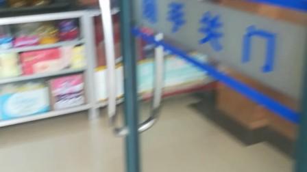 VID_20180619_131030崇明区殡仪馆里面小店是黑店,农夫山泉要卖到70元,都没人管?