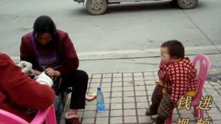 [拍客]留守娃寒冬陪奶奶擦鞋