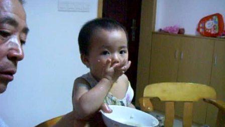 小孩吃饭搞笑