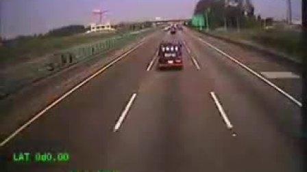 高速公路大巴失控造成连环车祸