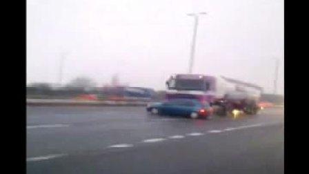 恐怖!大卡车撞小汽车后继续狂奔