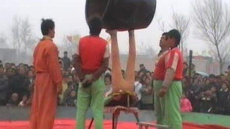 【拍客】实拍美女大力士双脚顶缸超牛表演