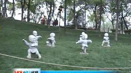 【拍客】西安公园可爱小和尚 草地上习武