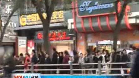 【拍客】西安街头超长排队等公交 牛