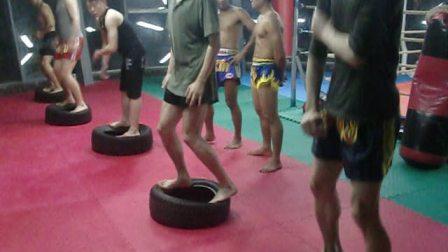 上海武跆会泰拳馆,学员练习基础步伐 跳轮胎