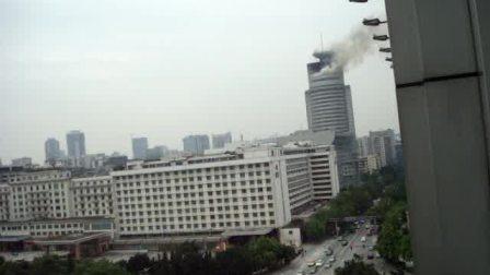 实拍广东省电台顶楼13层发生大火