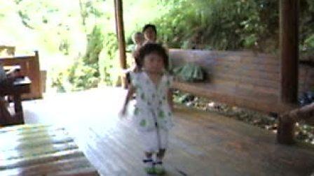 童年无忌,小孩可爱搞笑舞蹈为家人带来快乐