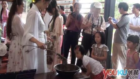 【拍客】端午窈窕淑女穿汉服 以艾草为市民祈福