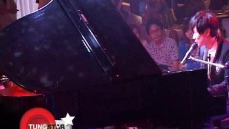 林俊杰化身钢琴王子 现场体验美女人体钢琴