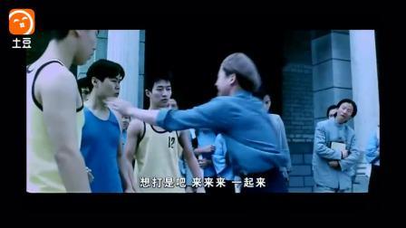 吴京年轻街头戏耍篮球, 棒球全垒打样样精通