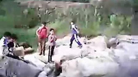溪边裸泳游泳的小孩