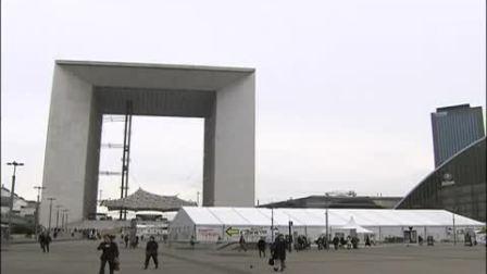 JULIEN DUPONT攀爬穿越巴黎CNIT大楼