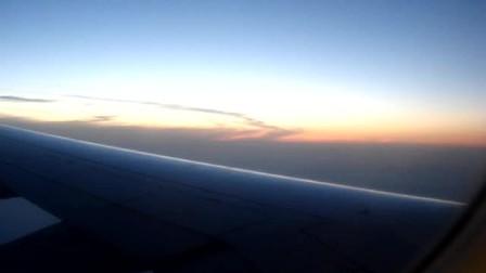 飞机飞至高空云层上方时的壮丽景象2