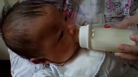 【满月内】宝宝吃奶瓶2