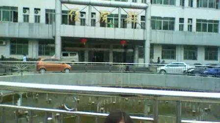 光天化日美女帅哥在湖北京山医院门口撒尿。。