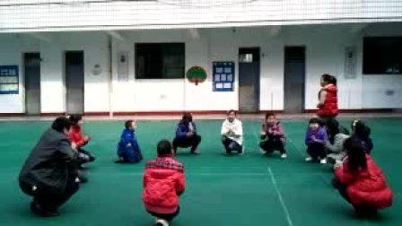 课间师生一起玩游戏