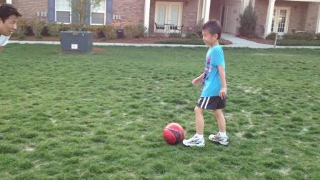 我和小儿子玩足球-3月20日