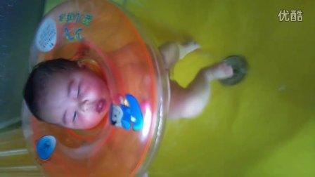 宝宝第一次游泳