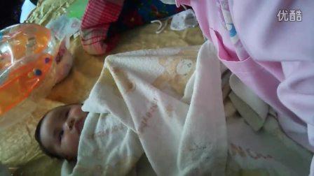 宝宝做抚触按摩