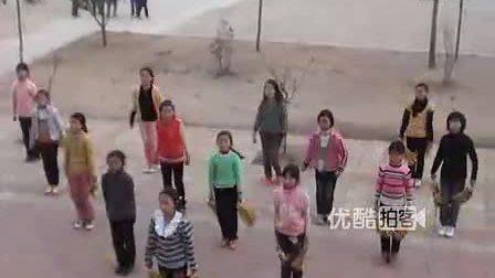 【拍客】实拍中学生校园内激情飙舞引围观
