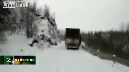 太悲催了!实拍两卡车雪路失控瞬间坠谷全程