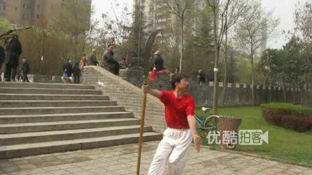 """公园惊现红衣""""关公哥"""" 耍大刀犹如关公在世"""