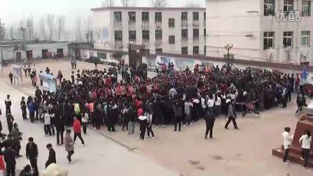 中学生拔河激战加油声震天