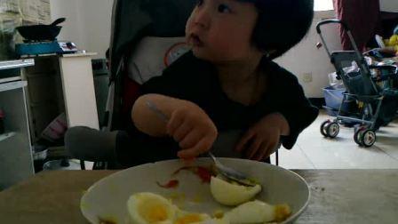 宝宝吃鸡蛋,呵呵,自己动手,丰衣足食啊!!!