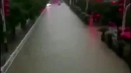 这次洪水太大了整个村庄瞬间变成了黄河