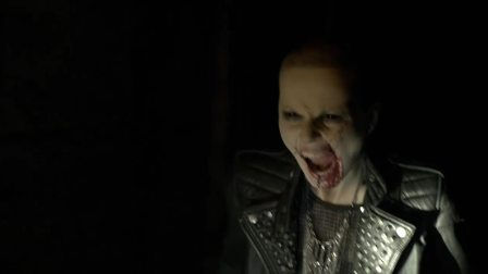 《三十极夜2》片段:同伴变吸血鬼 石头猛砸头成烂南瓜