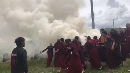 無比歡樂:世界煙供日,青海蘇曼比丘尼寺的阿尼們帶著無比歡樂的心情開始了煙供,其實,佈施本身就是令人歡樂的🙏