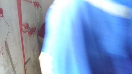广州生万精装修水电工培训学校教你安装卫生间水管、调节花洒水龙头的方法与技巧,打防水胶布的顺序与22圈的数量,两个外牙龙头的高度,突出墙面的平整,身体靠着墙面检查