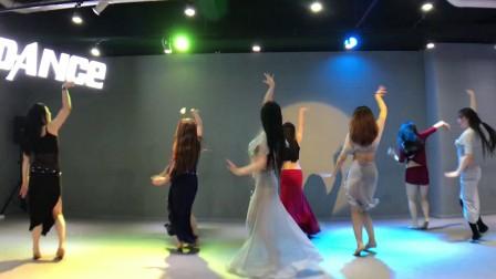 刘唱东方舞,周末舞码提高班的开场舞,为了要比赛的宝宝们,改成两分半的版本,有纱巾,有难度,比赛,表演棒棒滴,很多都是学了一节课的宝宝,都能记住了😘😘😘