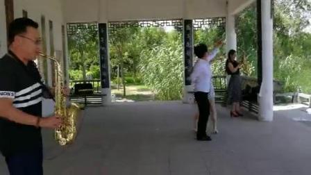李新立萨克斯独奏《又见炊烟》(台湾流行歌曲) 伴舞者:东营市垦利区萨克斯培训班学员                                (谷九展上传)