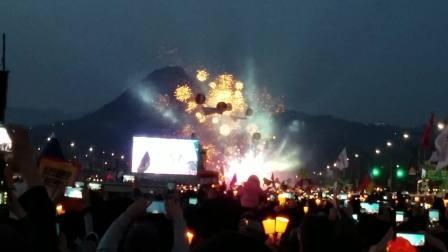韩国民众在光化门广场放烟花庆祝朴槿惠被弹劾