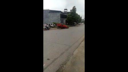 今日早上在平南官成畅岩村发生交通事故!