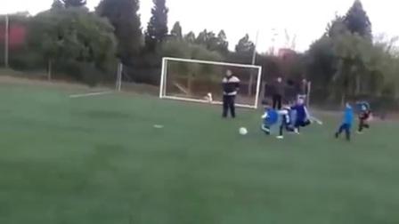 疑似蒂亚戈的小男孩踢球视频