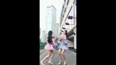 两个小姐姐大街上尬舞, 看的我尴尬症都犯了