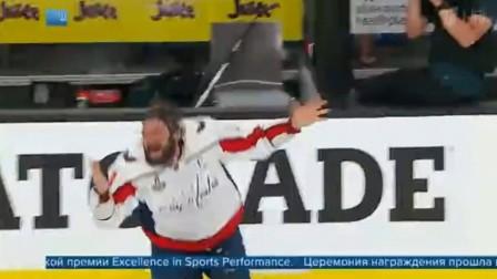 2018年第26届ESPY颁奖礼在洛杉矶微软剧院举行 年度最佳运动员是俄罗斯冰球运动员Alexander Ovechkin(亚历山大·奥维奇金)。