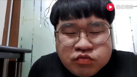 韩国吃货胖哥, 吃芝士炒年糕和热狗+油炸什锦, 吃的过瘾