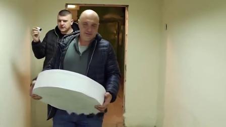 战斗民族大叔爆改汽车, 用10000张纸做轮胎, 网友: 看完笑哭