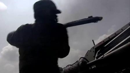 日军躲在坦克里, 川军团无可奈何, 用大刀和铁锤砸坦克