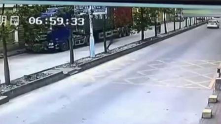 男子偷了司机手机就跑, 谁知遇到狠角色, 被一脚踹翻!