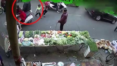 女子骑电动车去买菜, 一点都没发现身后的不对劲!