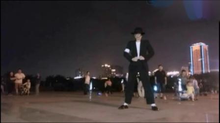 夜晚广场跳杰克逊舞蹈灯光太给力了