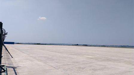 小鹰500B9241号轻型飞机着陆在荆门漳河机场180045M跑道
