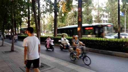 VID_双层巴士在四牌楼拍摄南京最近新开通的南京金龙开沃10米双层纯电动观光巴士(这辆车是观光巴士1号线)