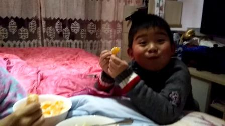 【6岁半】2-5哈哈跟妈妈一起在家吃桔子丑桔水果video_200941