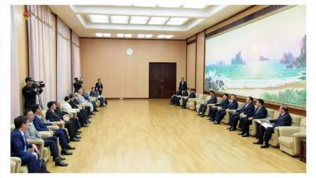 최고인민회의 상임위원회 부위원장이 남측의 사회계인사들을 만났다