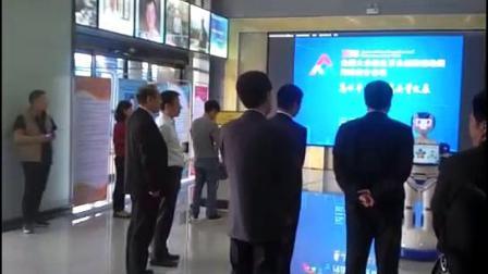 河南省委视察工作上海惊鸿机器人卡通迎宾机器人做讲解